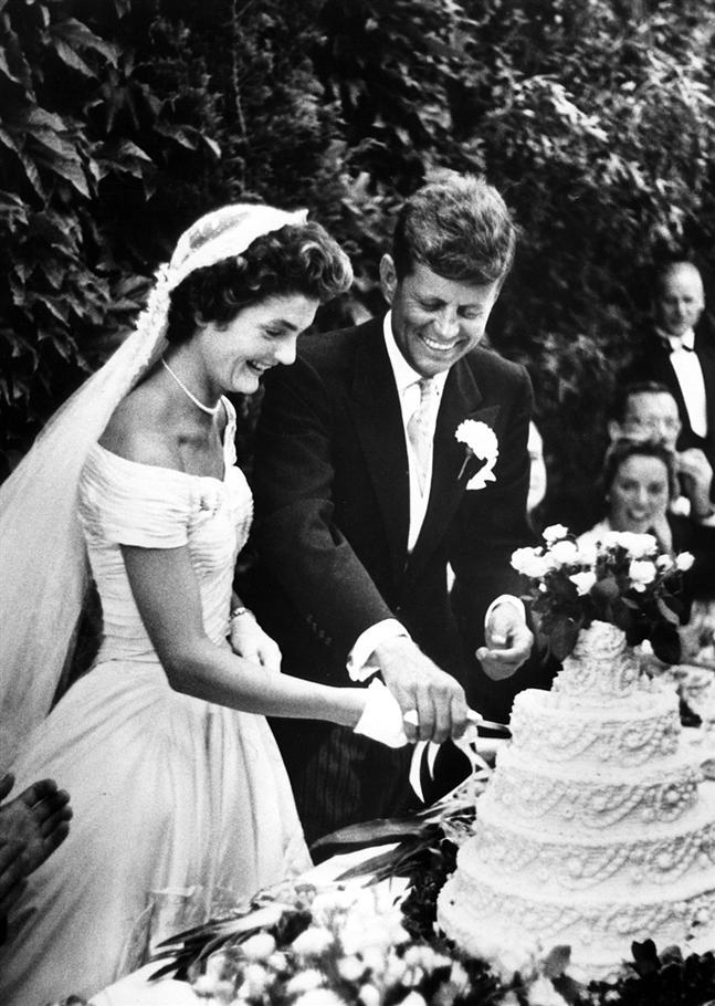 Jacqueline Bouvier 39s ivory silk wedding gown required 50