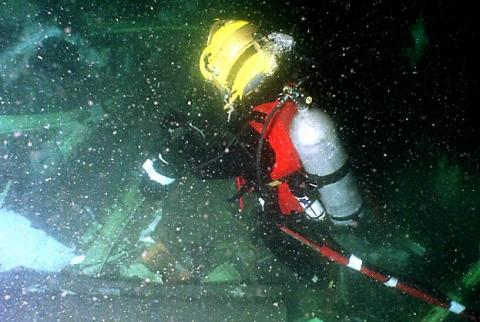 Photo depicing a U.S. Navy recovery operation on the ocean floor after the crash of TWA 800
