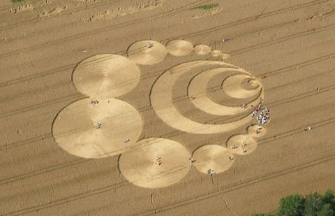Signs - A Story of Crop Circles (Illustration) Film Legends and Legendary People Fiction Dystopia or Science Fiction